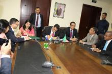 """وزير الاقتصاد والمالية """"ولد اجاي """" يوقع اتفاق تمويل هندي لخط كهربائي"""